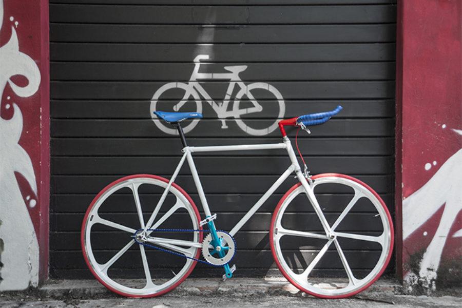 Bici scattofisso con ruote a razze