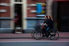In Italia cresce l'uso delle auto e crolla la vendita di bici.